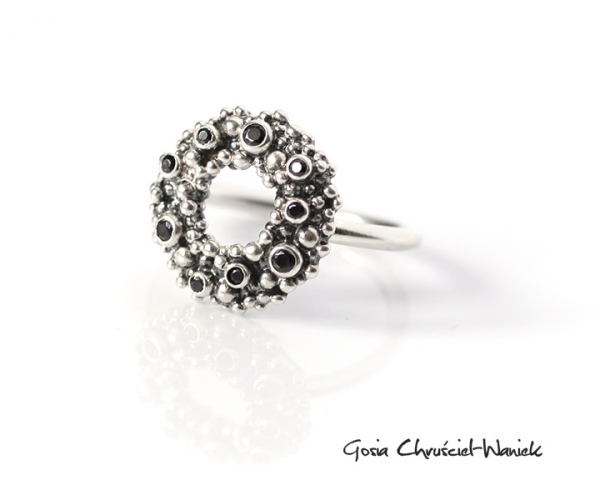 Srebrny pierścionek z cyrkoniami Wreaths