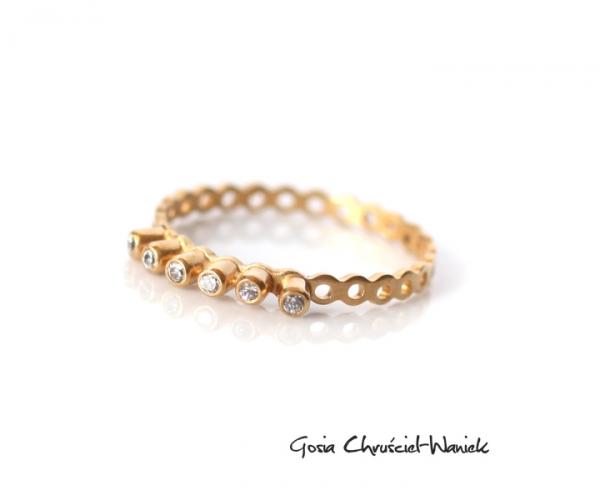 Złocony pierścionek z cyrkoniami