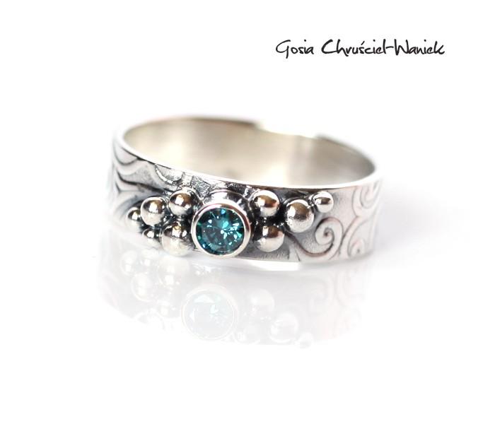 Niebieski diament w srebrze
