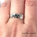 srebrny pierścionek z niebieskim diamentem