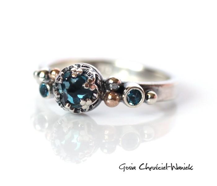 Srebrny pierścionek z topazem London Blue i złótem