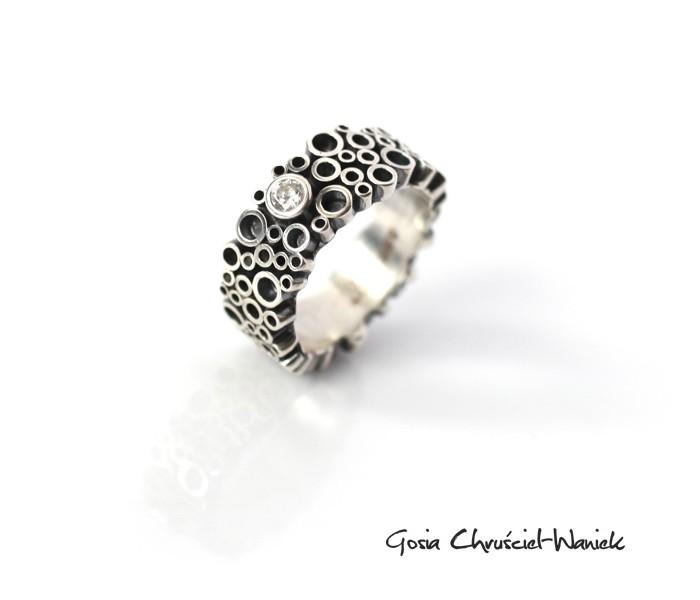 Srebrny pierścionek z białą cyrkonią z kolekcji Tubes