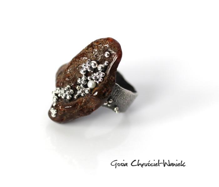 Srebro, bursztyn i perły - organiczny pierścionek Gosi Chruściel-Waniek