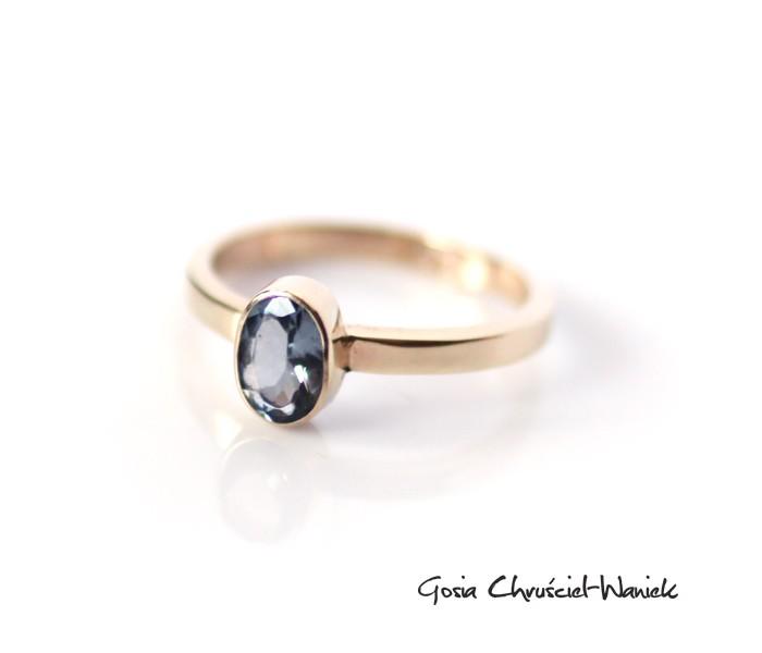 Złoty pierścionek z niebieskim topazem