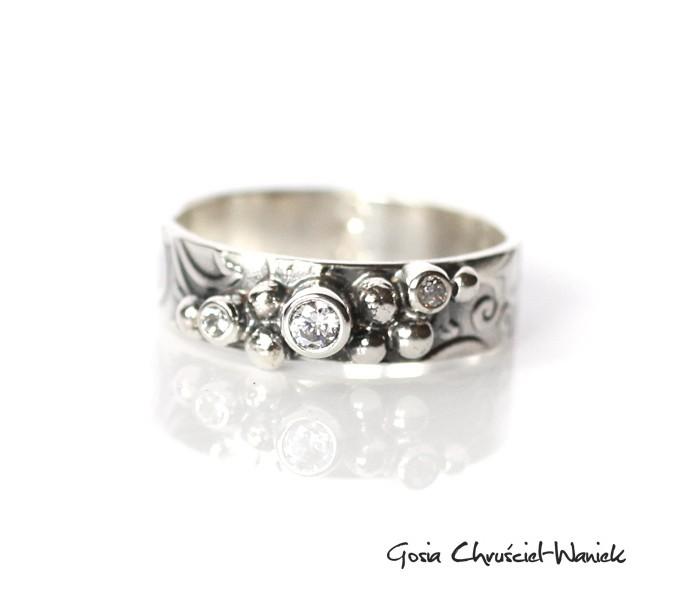 Srebrny pierścionek w stylu retro