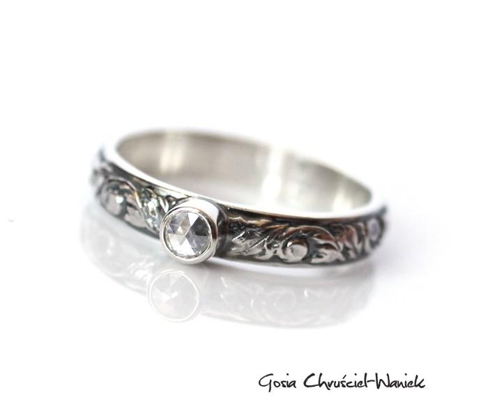 Srebrny pierścionek z rozetą diamentową