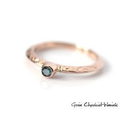 Różowe złoto i turkusowy diament
