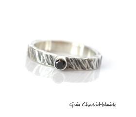 Surowy pierścionek z czarnym diamentem