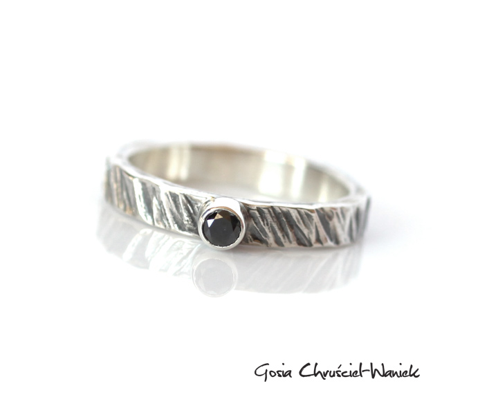 0f08a2e4958452 Surowy pierścionek z czarnym diamentem | Gosia Waniek - Biżuteria