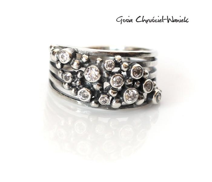 Srebrny pierścionek z białymi cyrkoniami