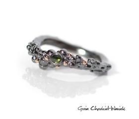 """Pierścionek """"Symbiosis"""" z zielonym diamentem"""