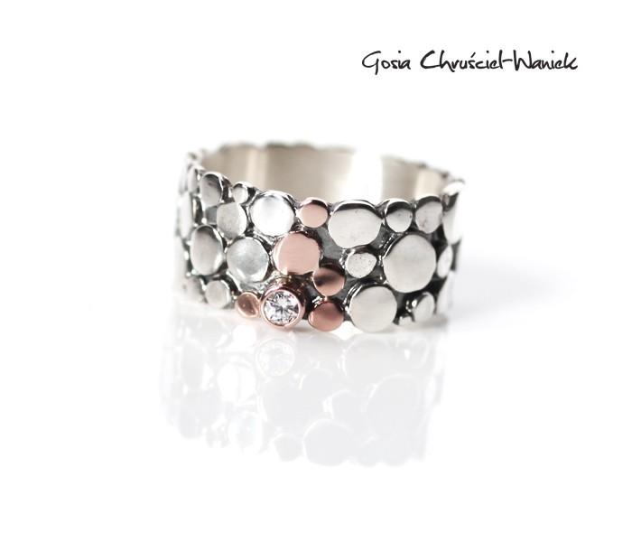 Biżuteria autorska - obrączka z różowym złotem i cyrkonią