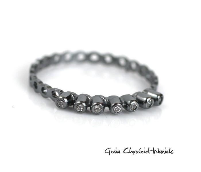 Ażurowy pierścionek ze srebra z cyrkoniami