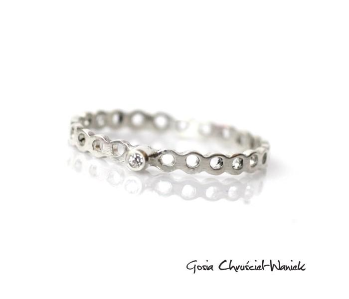 Ażurowy pierścionek z cyrkonią
