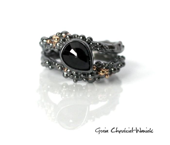 Organiczny pierścionek z szafirem i złotem