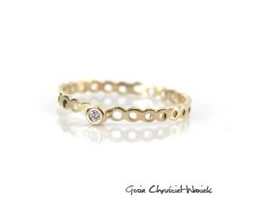 Złoty, ażurowy pierścionek z brylantem
