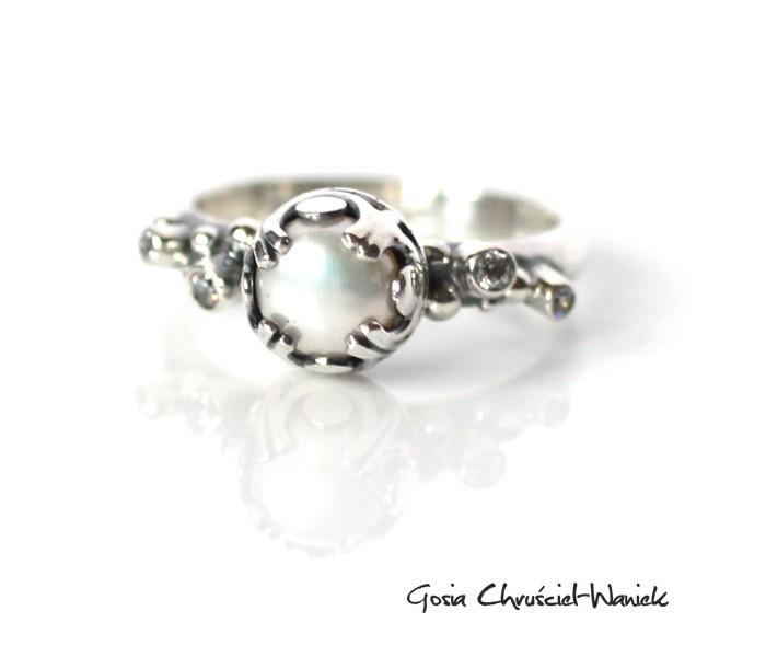 Srebrny pierścionek z perłą i białymi cyrkoniami