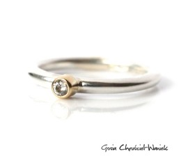 Srebrno złoty pierścionek z cyrkonią