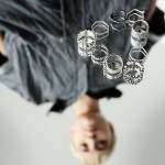 Organiczne pierścionki na sesji zdjęciowej kolekcji Agi Guz 2017