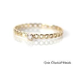 Ażurowy pierścionek z brylantem