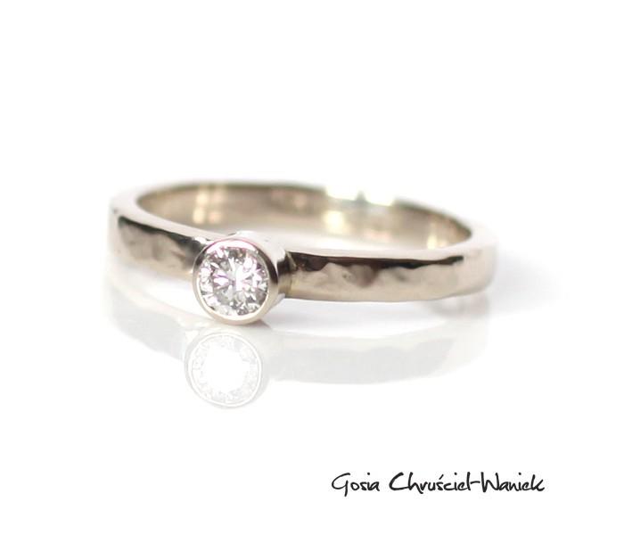 Ręcznie robiony złoty pierścionek z brylantem