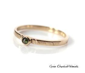 Fakturowany pierścionek z zielonym diamentem