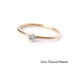 Dwukolorowy złoty pierścionek z brylantem