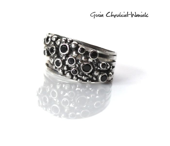 Srebrny organiczny pierścionek z cyrkoniami
