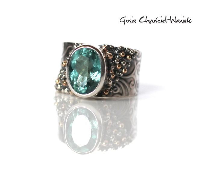 Srebrno złoty pierścionek z akwamarynem