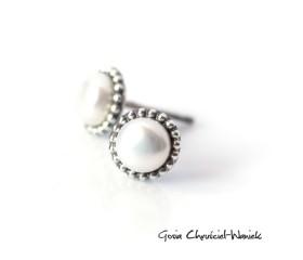 Białe perły z kuleczkami