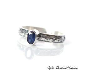 Srebrny pierścionek z owalnym szafirem