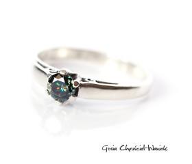 Klasyczny pierścionek z czarnym moissanitem