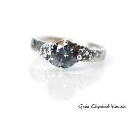 Srebrny pierścionek z grafitowym moissanitem