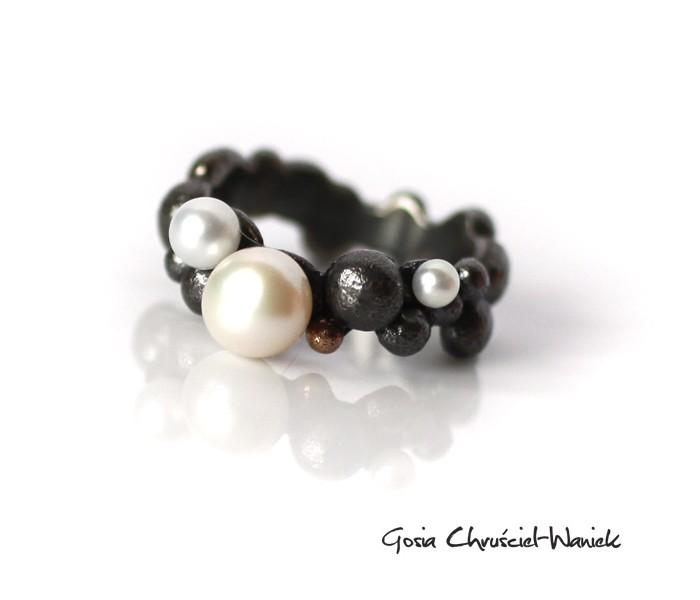 Bubble srebrny pierścionek ze złotem i perłami