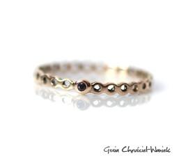 Ażurowy pierścionek z czarnym brylantem