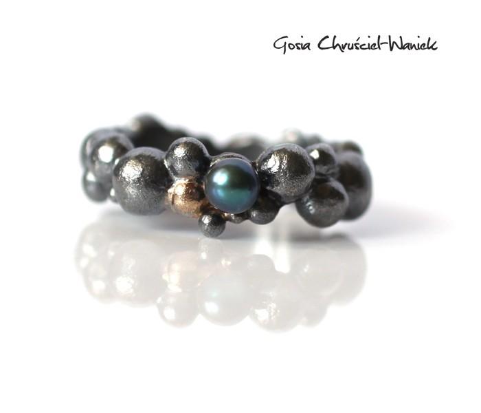 Srebrno złoty organiczny pierścionek z perłą