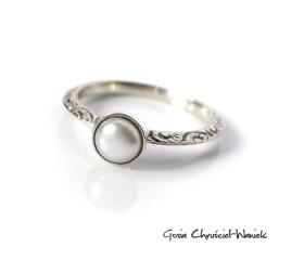 Pierścionek z białą perłą słodkowodną