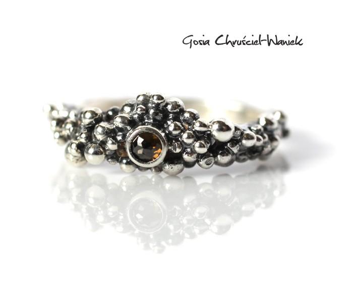 Organiczny pierścionek z brązowym diamentem
