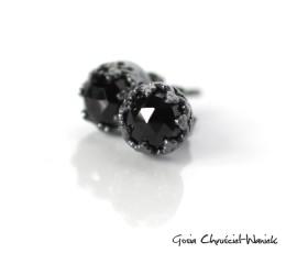 Czarne spinele w koronkach