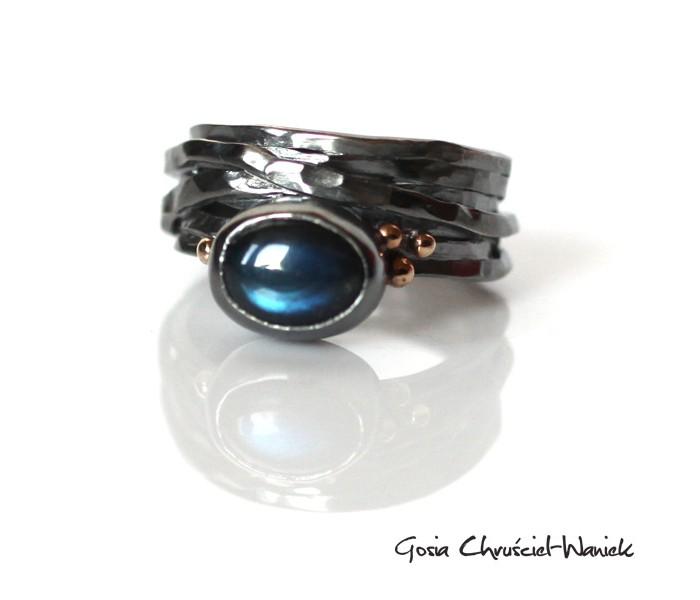 Pierścień z czarnym labradorytem
