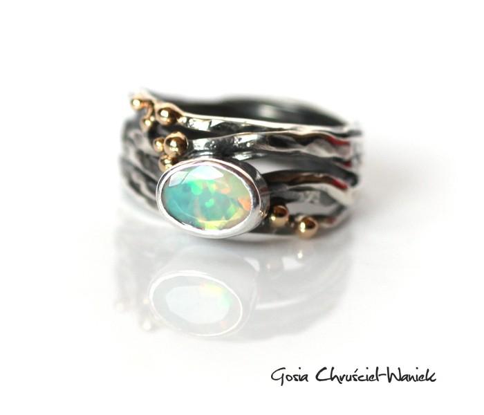 Srebrny, organiczny pierścień z opalem i złotem