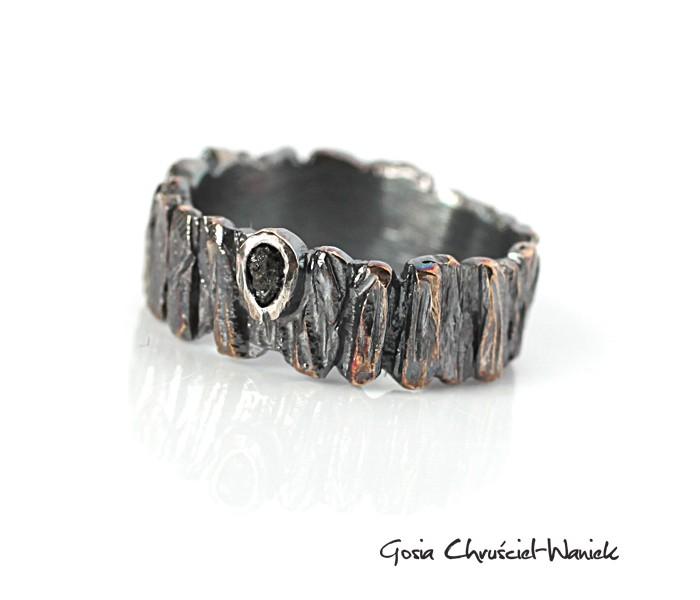 Pierścionek z surowym diamentem