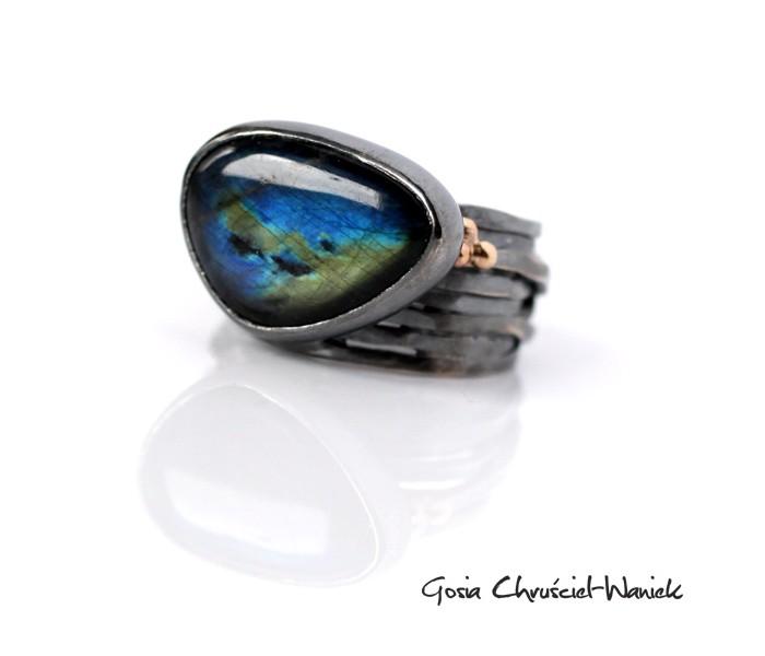 Srebrno złoty pierścionek z czarnym labradorytem