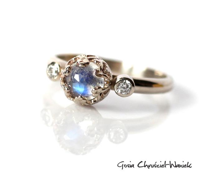 Zaręczynowy pierścionek z kamieniem księżycowym i brylantami