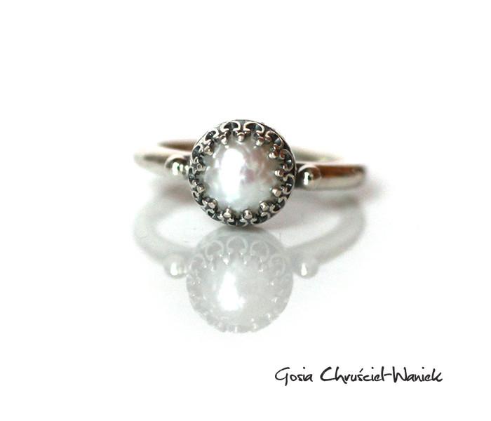 Srebrny pierścionek z fasetowaną perłą