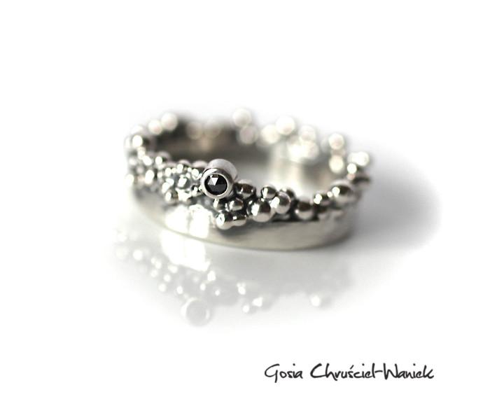 Organiczna srebrna obrączka z czarnym diamentem