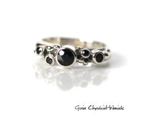 Srebrny pierścionek z czarnymi szafirami