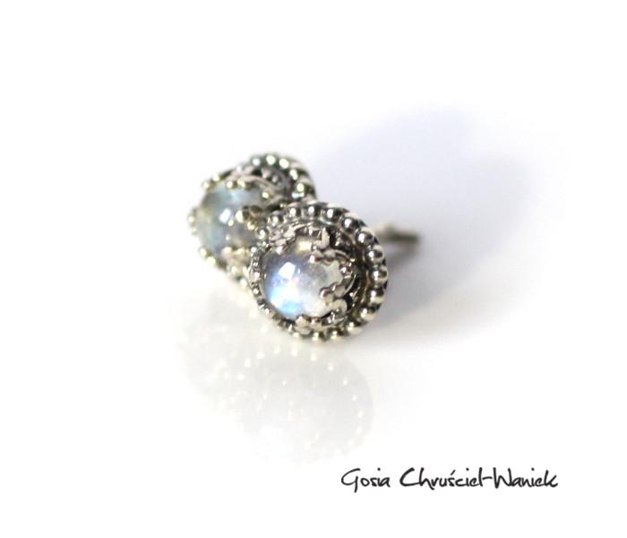 Kamienie księżycowe w srebrnych koronkach