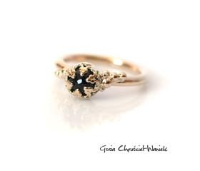 Złoty pierścionek z szafirem w ażurach
