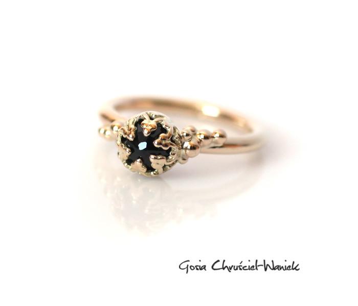 Złoty pierścionek z czarnym szafirem